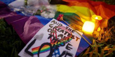 Flores y mensajes durante un evento en memoria de las víctimas del tiroteo en un club gay en Orlando, en el parque Hong Lim, Singapur, Foto:EFE