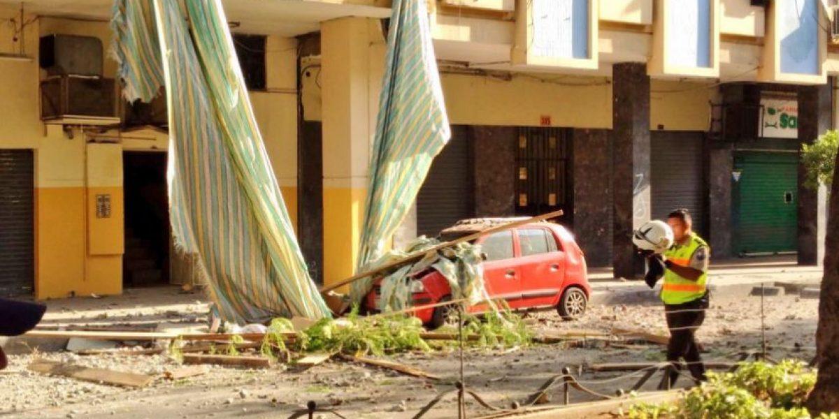 Colapso de estructura causa daños a autos en Guayaquil