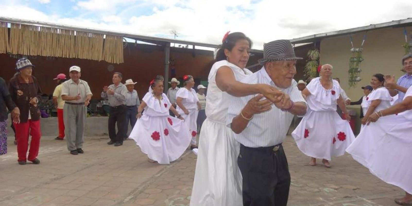 """""""No usa lentes ni bastón y le encanta bailar, desde Sanjuanito (música andina) hasta reguetón"""", comenta sobre """"Nachito"""" la página de Facebook """"Qué pasa en Loja"""". Foto:Facebook: Que Pasa En Loja Ecuador"""