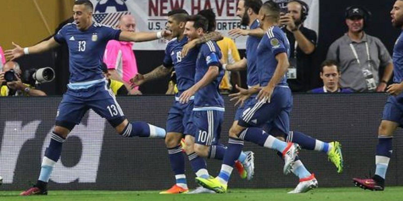 Marcos Rojo (i), Ramiro Funes Mori (2-i) y Lionel Messi (4-i), celebran la anotación de Ezequiel Lavezzi de la selección de Argentina contra EEUU Foto:EFE