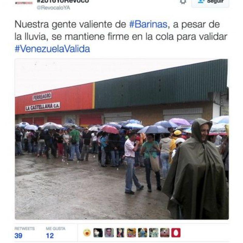 A pesar de la lluvia hay grandes filas Foto:Twitter.com/RevocaloYA