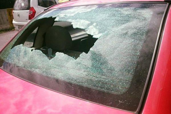 Indigentes rompieron el parabrisas de un vehículo