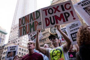 Este martes seguidores y opositores se reunieron en la torre del empresario Foto:Getty Images