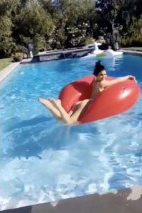Disfrutando del sol en su piscina Foto:Vía Snapchat/@kyliejennersnapchat