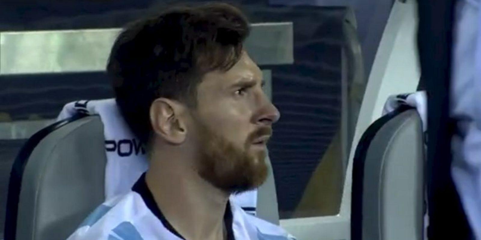 Tras perder el título, Lionel Messi se fue a sentar solo a la banca y no pudo ocultar su tristeza Foto:Captura de pantalla