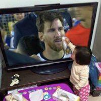 "La niña que ""limpió"" las lagrimas de Messi y se hizo viral. Foto:Twitter"