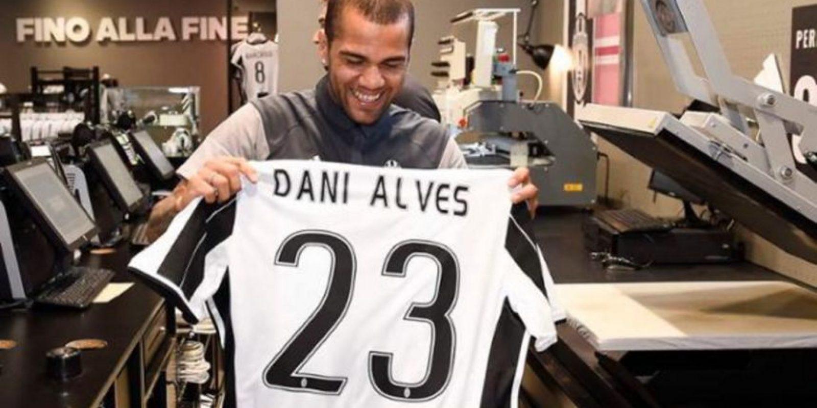 Con el famoso número del basquetbolista, el brasileño valoró la perseverancia de James Foto:Sitio web oficial de Juventus