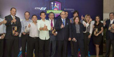 Los tres ganadores en el centro, acompañados de los miembros de la CFN.