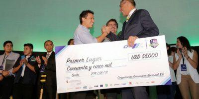 El vicepresidente Glass premió al ganador del concurso. Foto:Cortesía