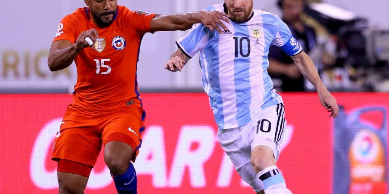 Lionel Messi pareció estar jugando solo y muy pocas veces encontró ayuda de sus compañeros Foto:Getty Images