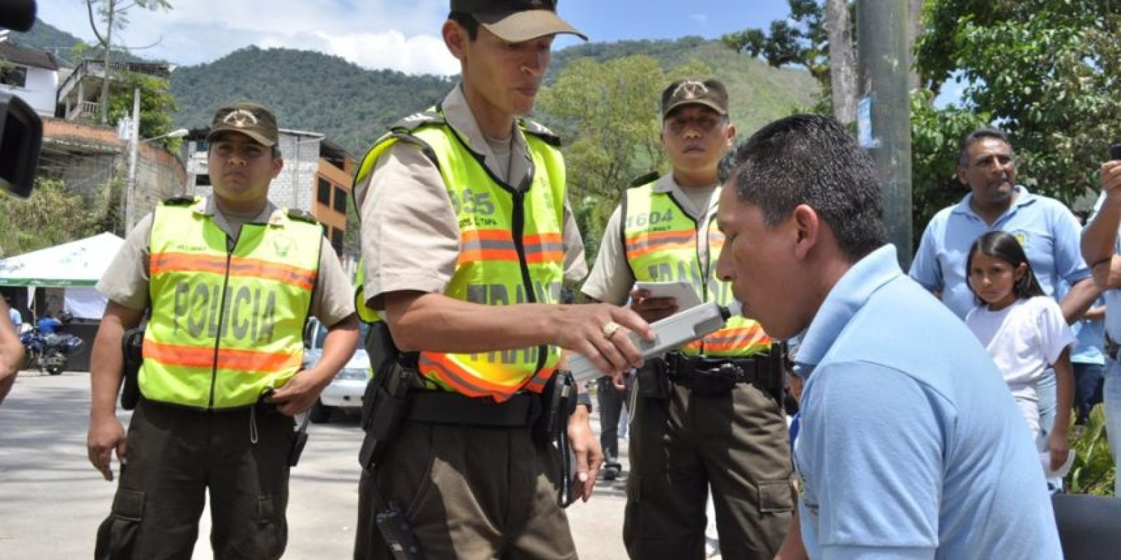 Prueba de alcoholemia a un conductor de una unidad de transporte. Foto:Agencias