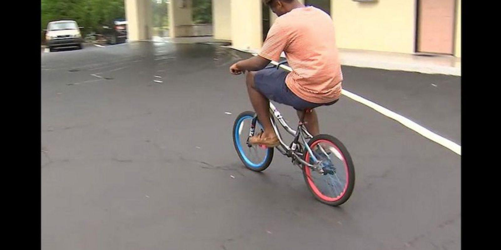 Fred Barley viajo una distancia de aproximadamente 80 kilómetros sobre una bicicleta infantil para poder asistir a la universidad en el estado de Georgia, Estados Unidos. Foto:Reproducción WSB-TV ATLANTA