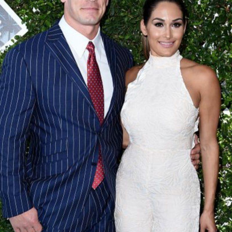 John Cena y Nikki Bella. Él, un desastre con un traje mal ajustado. Ella, impecable. Foto:Getty Images