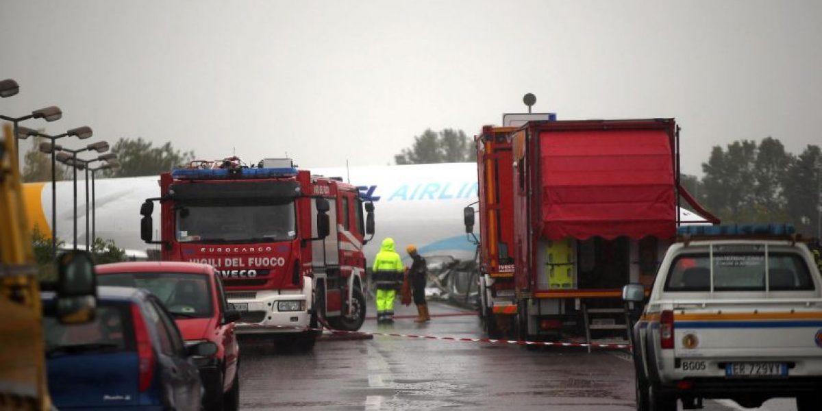 Avión se estrelló en una carretera