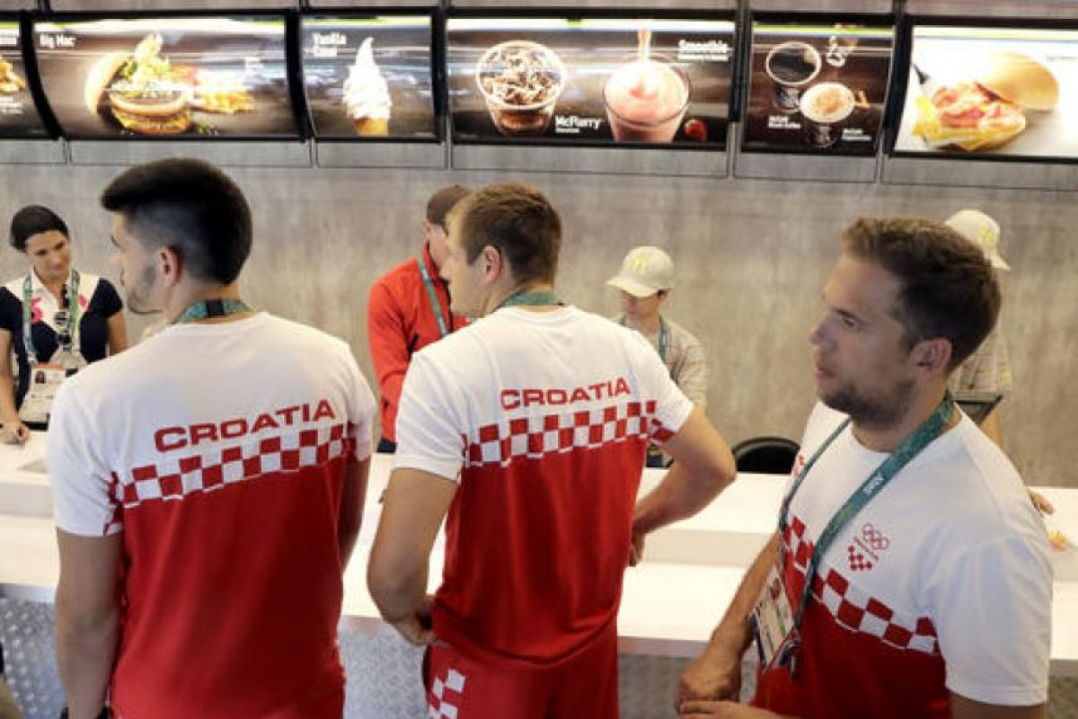 También hay una sucursal de McDonald's Foto:AP