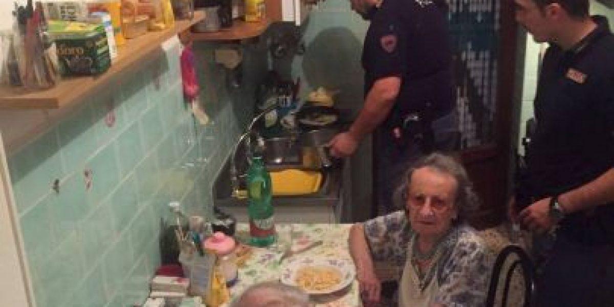 Policías cocinan para ancianos solitarios que encontraron llorando