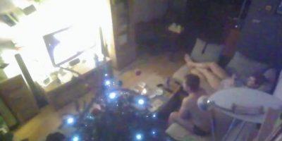 Una familia cenando en su salón de estar. Foto:www.backdoored.io
