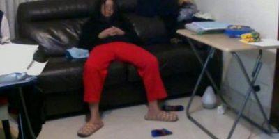 Una hongkonesa durmiendo en el sofá de su domicilio, ignorando aparentemente que alguien le observa Foto:www.backdoored.io