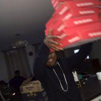 En redes sociales comparte que come pizza con sus amigos Foto:Twitter.com/RobTM_