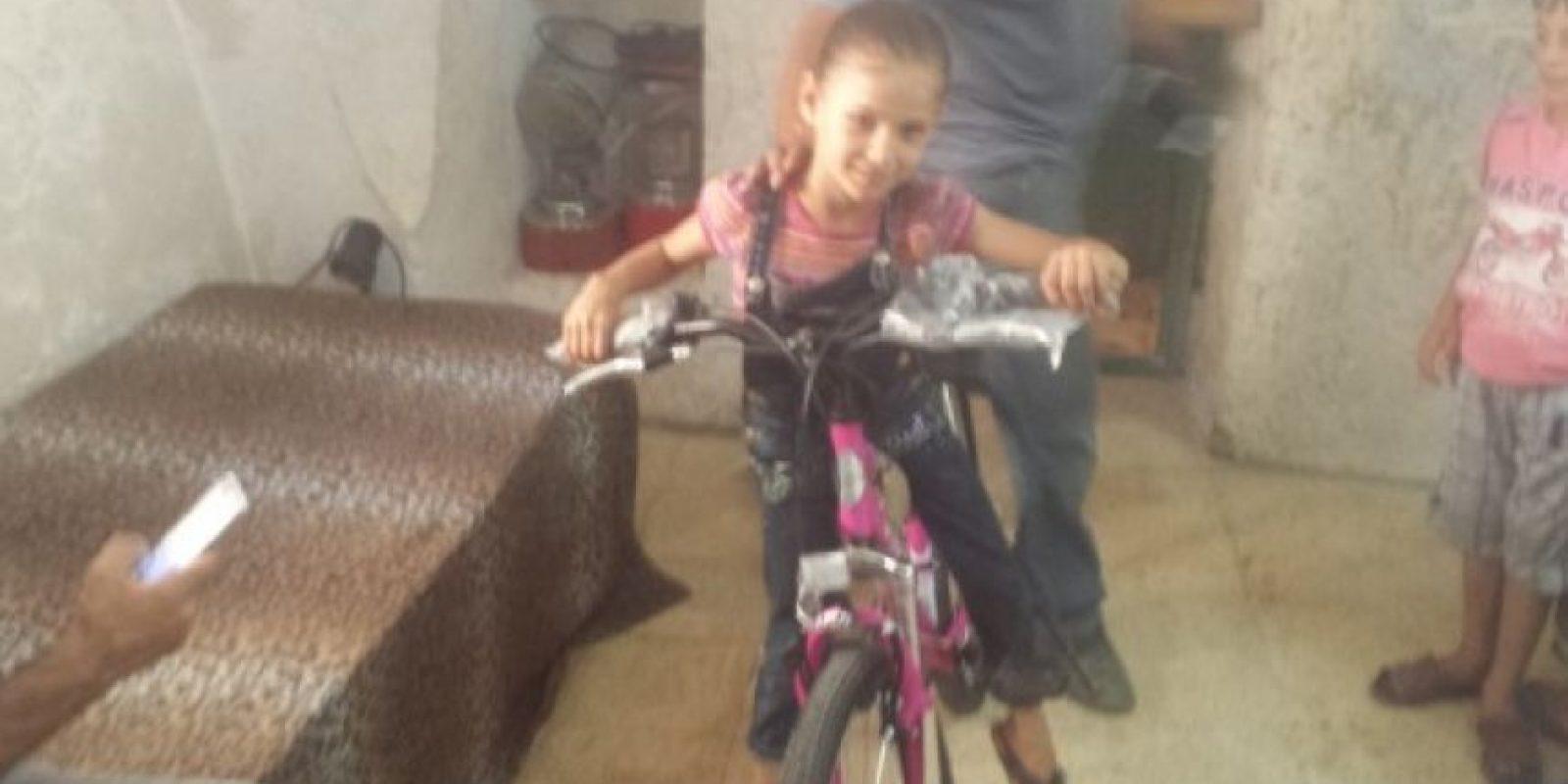 La niña palestina que recibió la nueva bicicleta Foto: Path of Hope and Peace organization