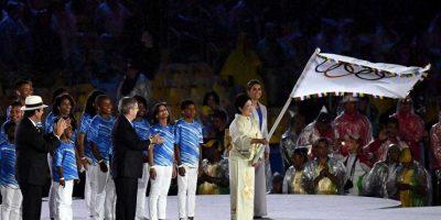 La gobernadora de Tokio, Yuriko Koike, recibió la bandera olímpica de manos de Thomas Bach. Foto:Getty Images