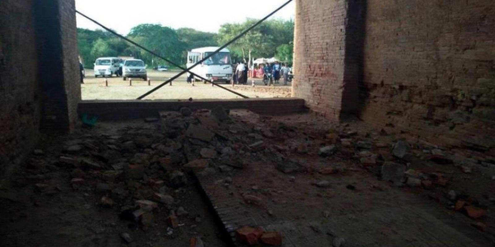 Vista de los escombros en la entrada de un templo en Bagan tras un terremoto en Birmania Foto:EFE
