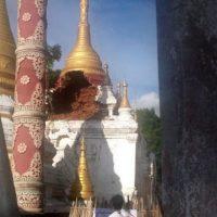 Fotografía facilitada por el Ministerio de Información de Birmania hoy, 24 de agosto de 2016, que muestra a un hombre observando los daños de una pagoda causados por un terremoto en Yenangyaung, Birmania. Foto:EFE
