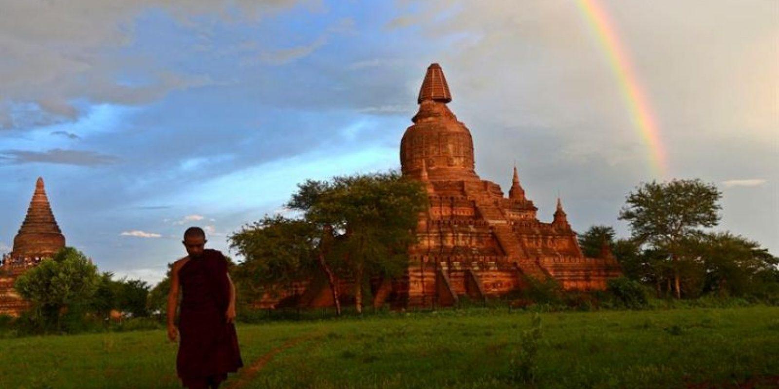 Un monje camina en un campo cerca del templo afectado por el terremoto en Bagan, Birmania Foto:EFE
