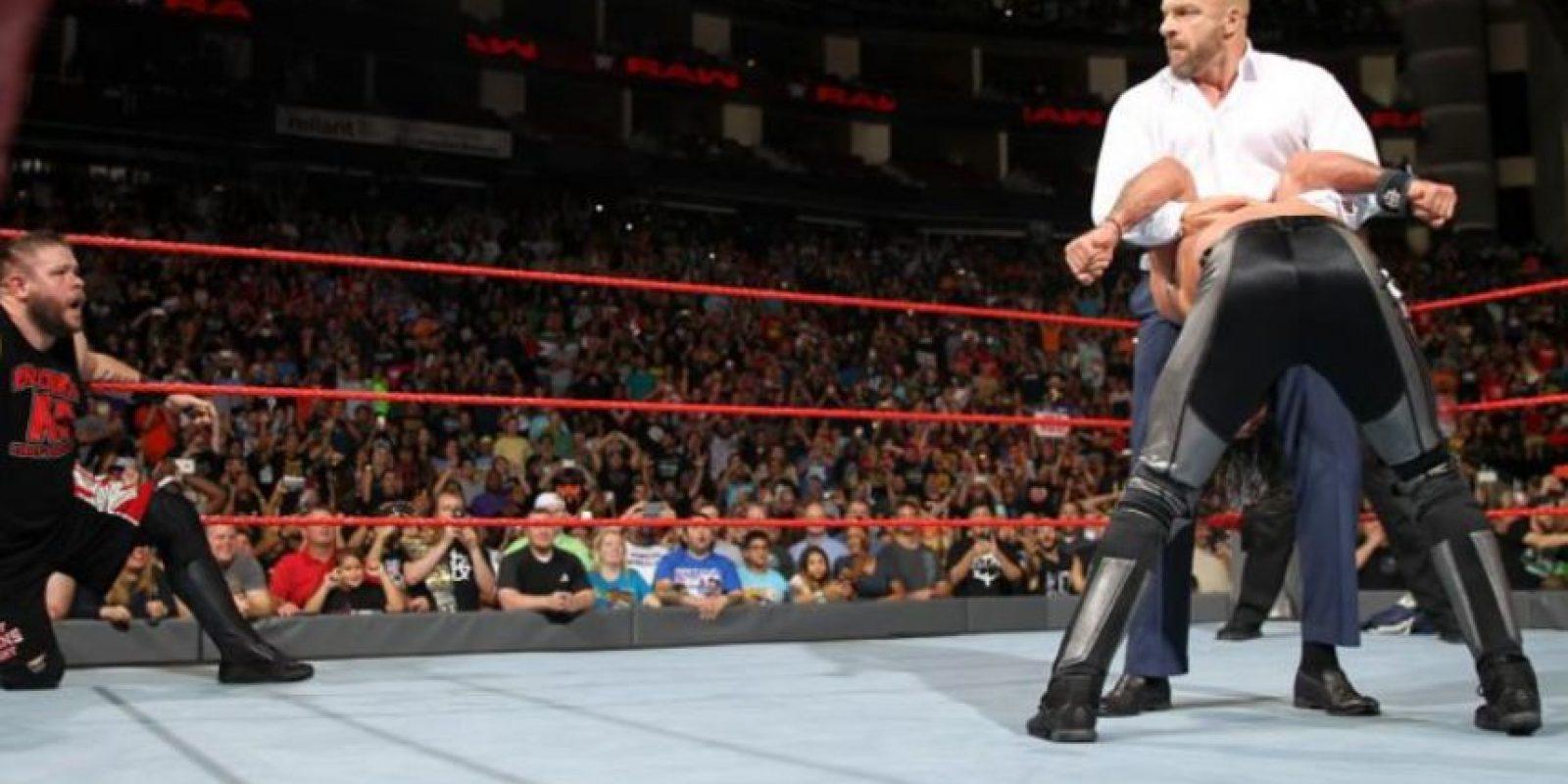 Y menos que ayudara a Kevin Owens Foto:WWE