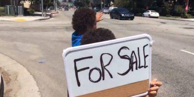 Allen y Brandon Alexander tratando de vender su oso de peluche Foto:El País