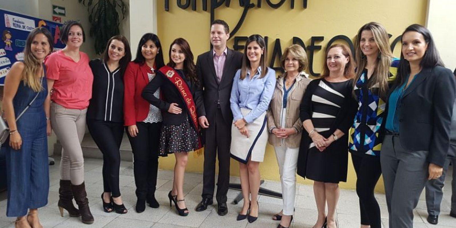 Integrantes de la Fundación Reina de Quito junto a las autoridades del Municipio de Quito.. Imagen Por: