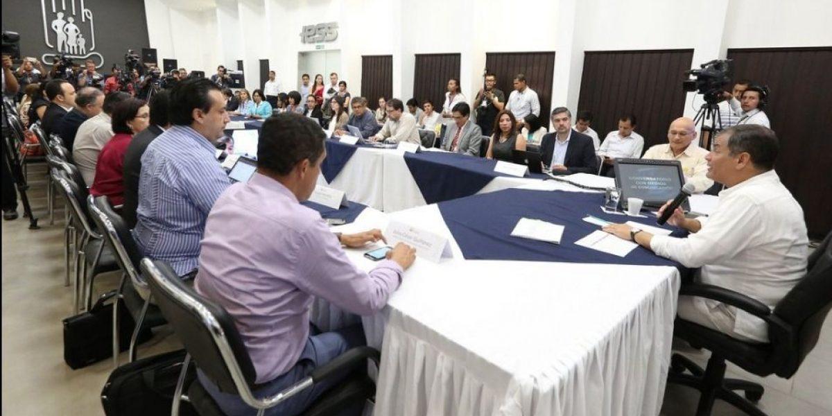 Correa pide a Viteri no hablar de economía, pero sí de maquillaje