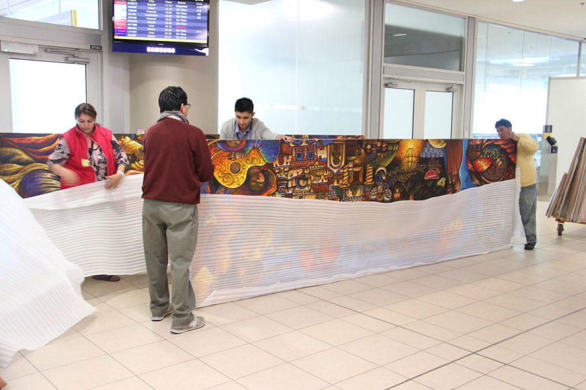 © D.C.. Imagen Por: Armado del mural en la salida internacional del Aeropuerto Mariscal Sucre en Tababela. Cortesía