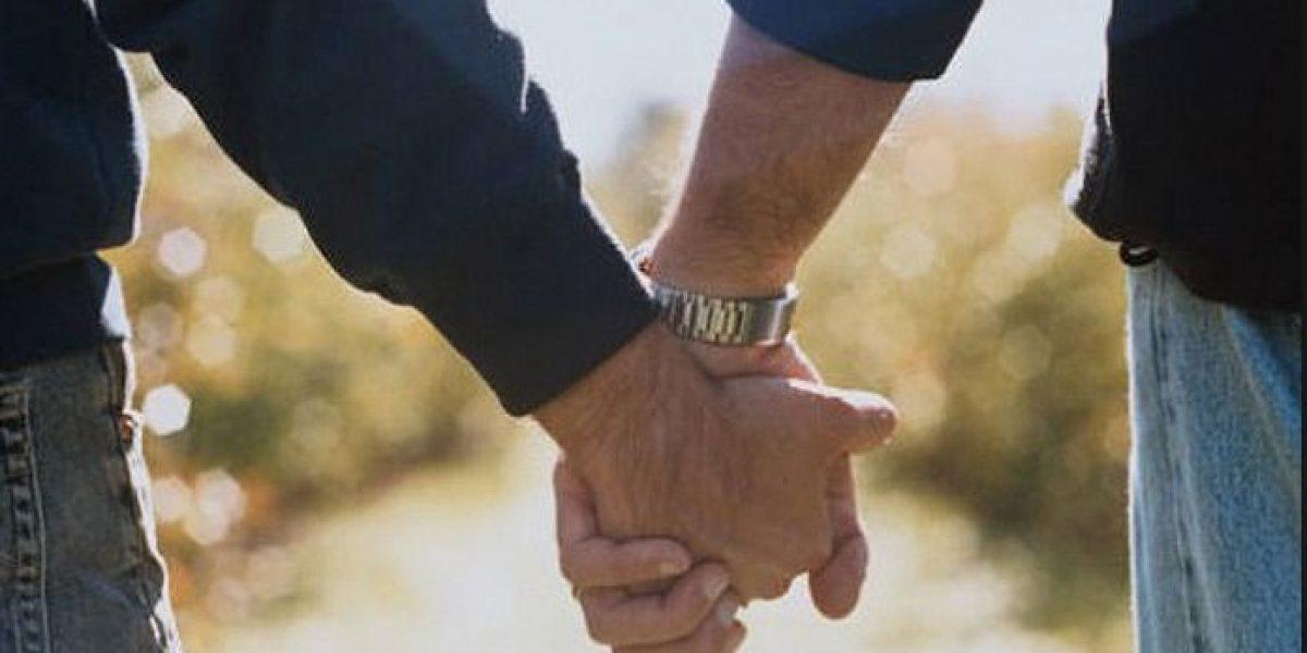 Detienen a pareja gay por publicar foto de beso en Facebook