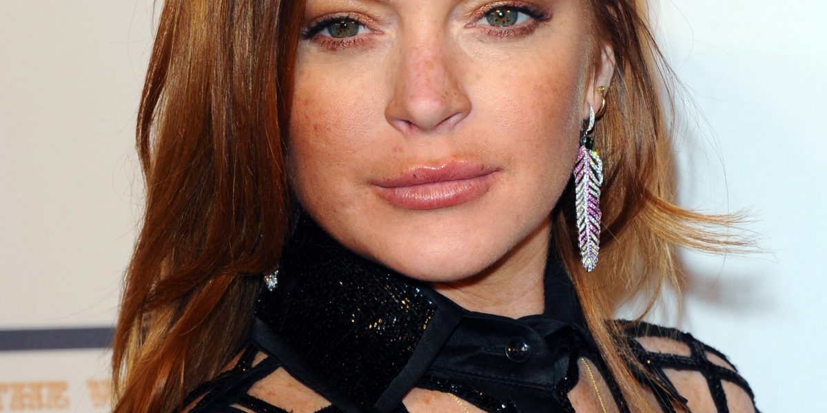 Lindsay Lohan presume curvas en lencería como disfraz de Halloween