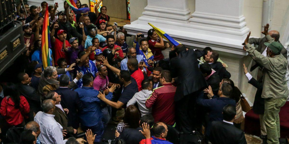 Tensión en Venezuela: Oficialistas irrumpen en la Cámara en debate por posible destitución de Maduro