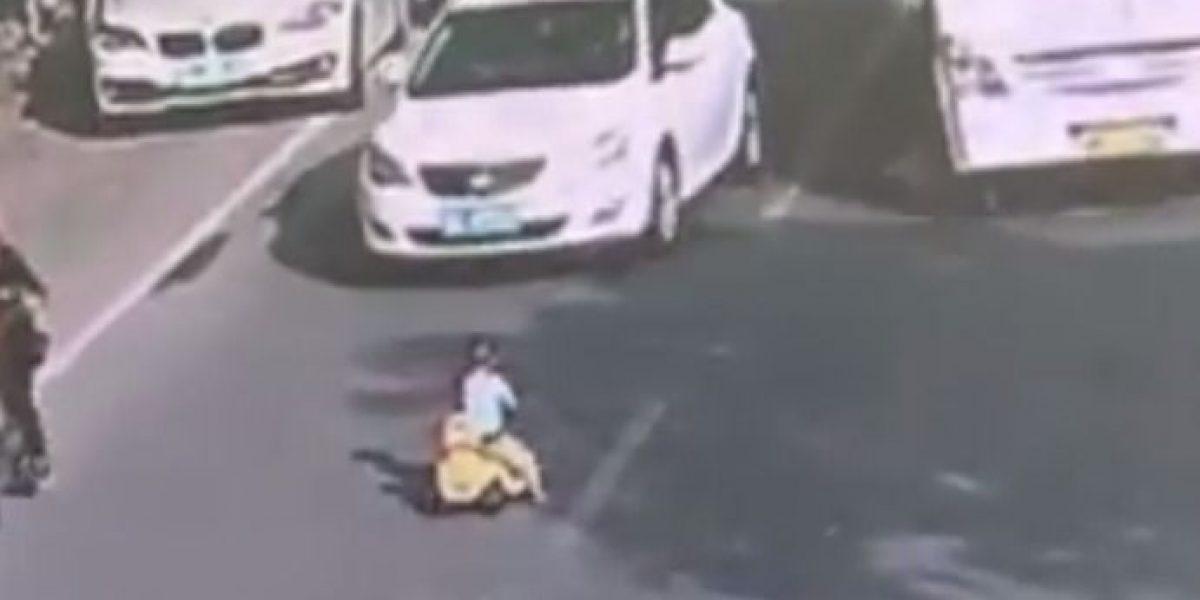 Niño avanzó contra el tráfico en un carro de juguete