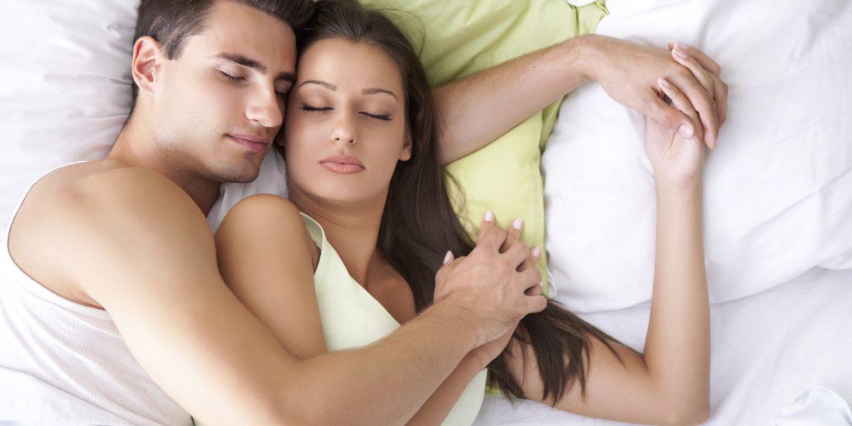 Conoce 5 beneficios de dormir en pareja