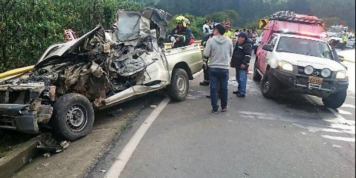 Un fallecido dejó choque de camioneta contra tráiler en Alóag