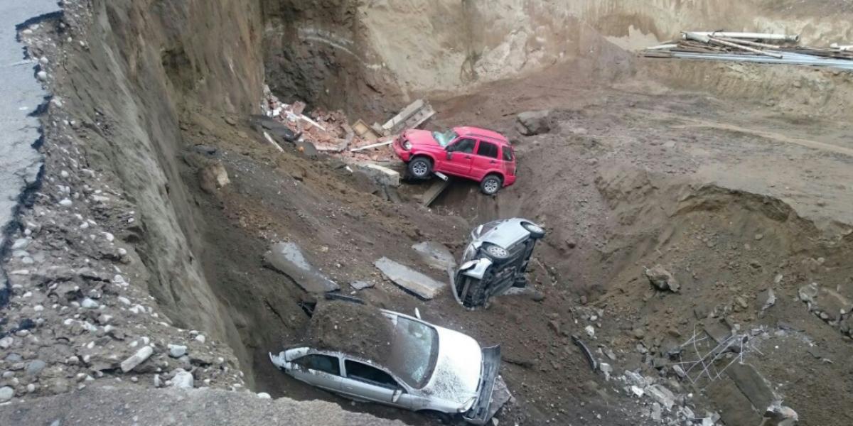 Tres vehículos destruidos por deslizamiento de tierra en Ambato