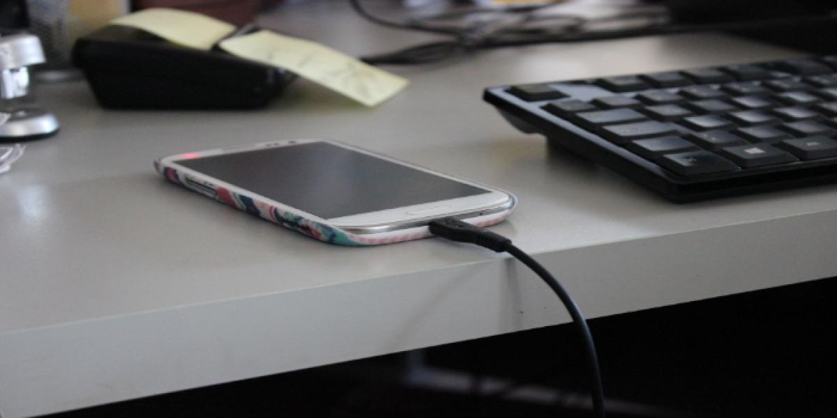 ¿Es malo usar el celular mientras se carga?