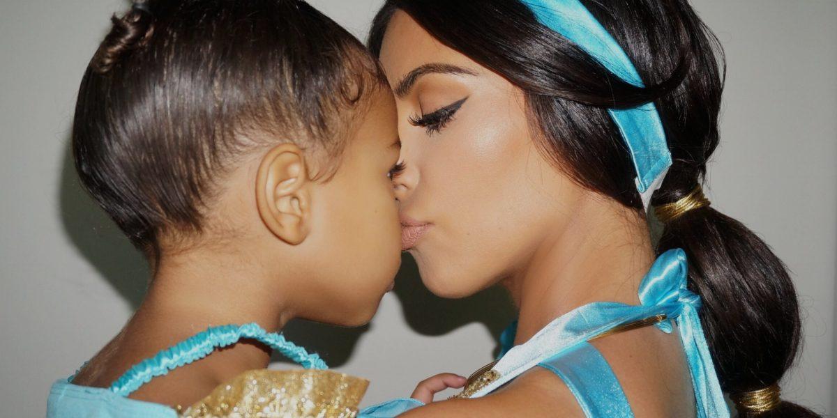 Kim Kardashian reaparece en redes sonriendo y besando a North