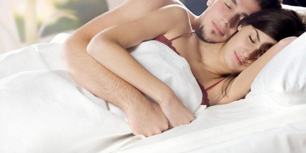 Dormir con tu pareja hace daño