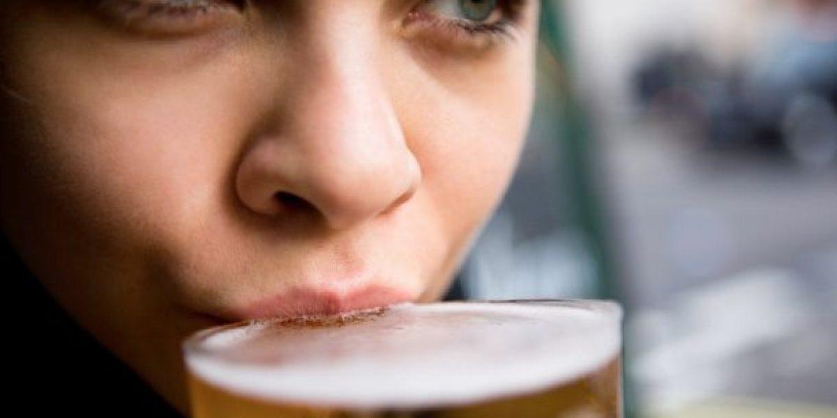 Mujeres pueden reducir riesgos al beber medio vaso de cerveza al día