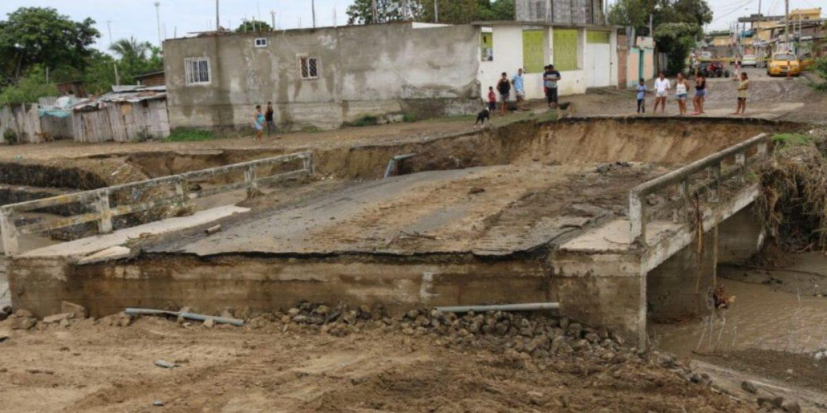 Lluvias inundaron casas y colapsaron puente en Manabí