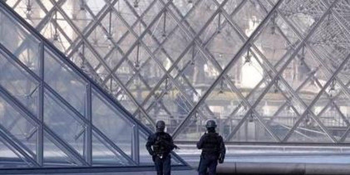 Un hombre ataca con un machete a grupo de militares junto a museo del Louvre