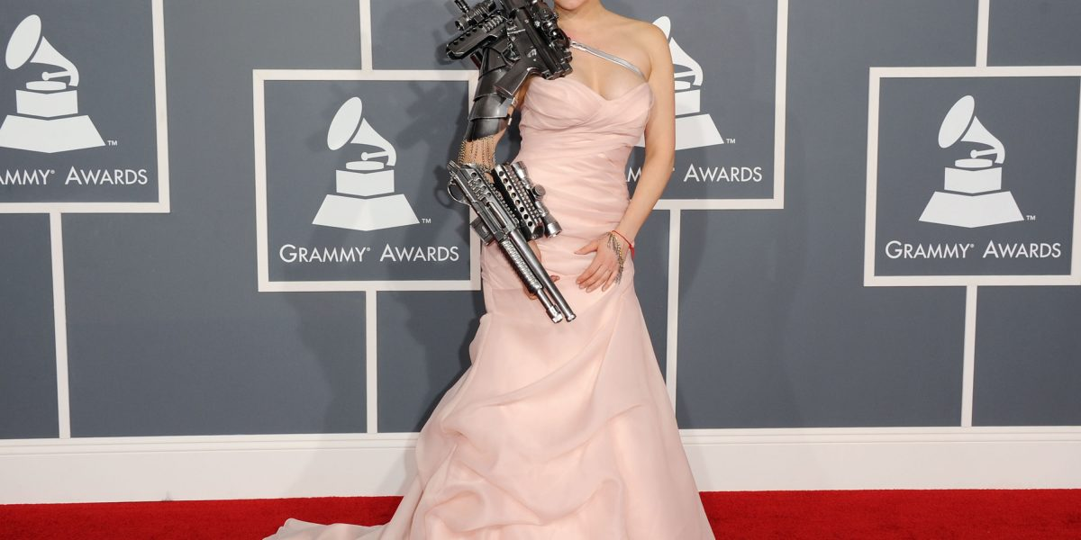 Los 10 vestidos más WTF de la historia de los Grammy