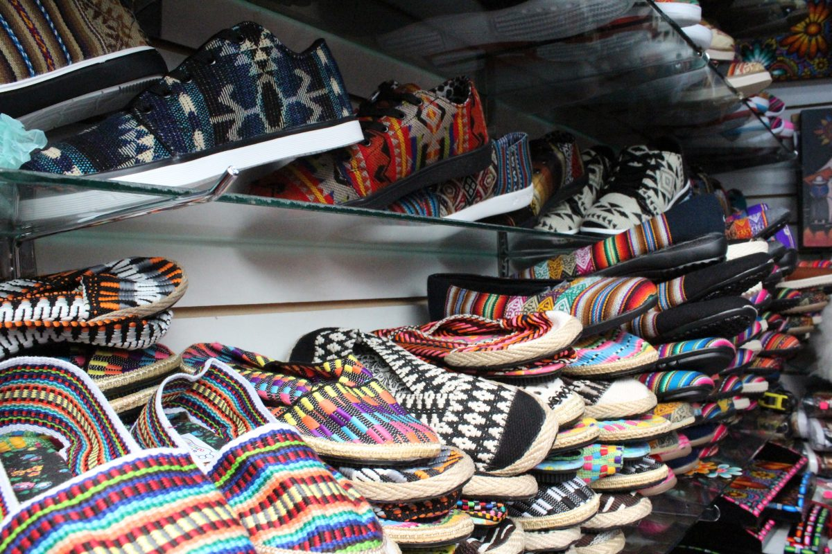 Local de zapatos en el Mercado Artesanal La Mariscal