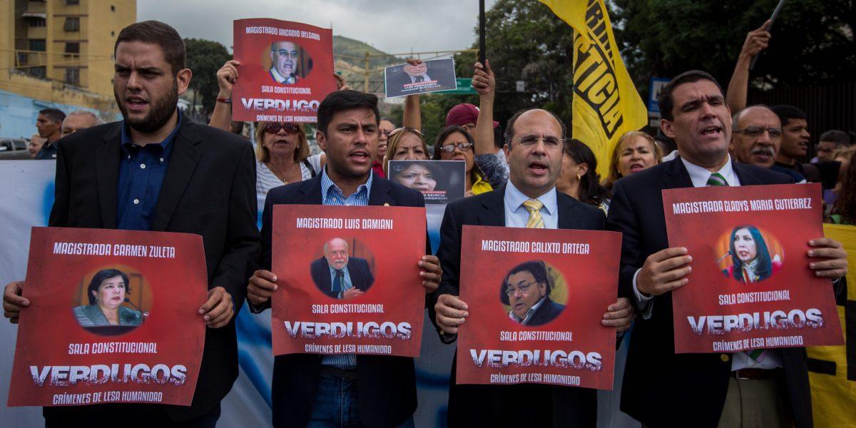 Diputados protestan frente a Supremo y Defensoría en Venezuela