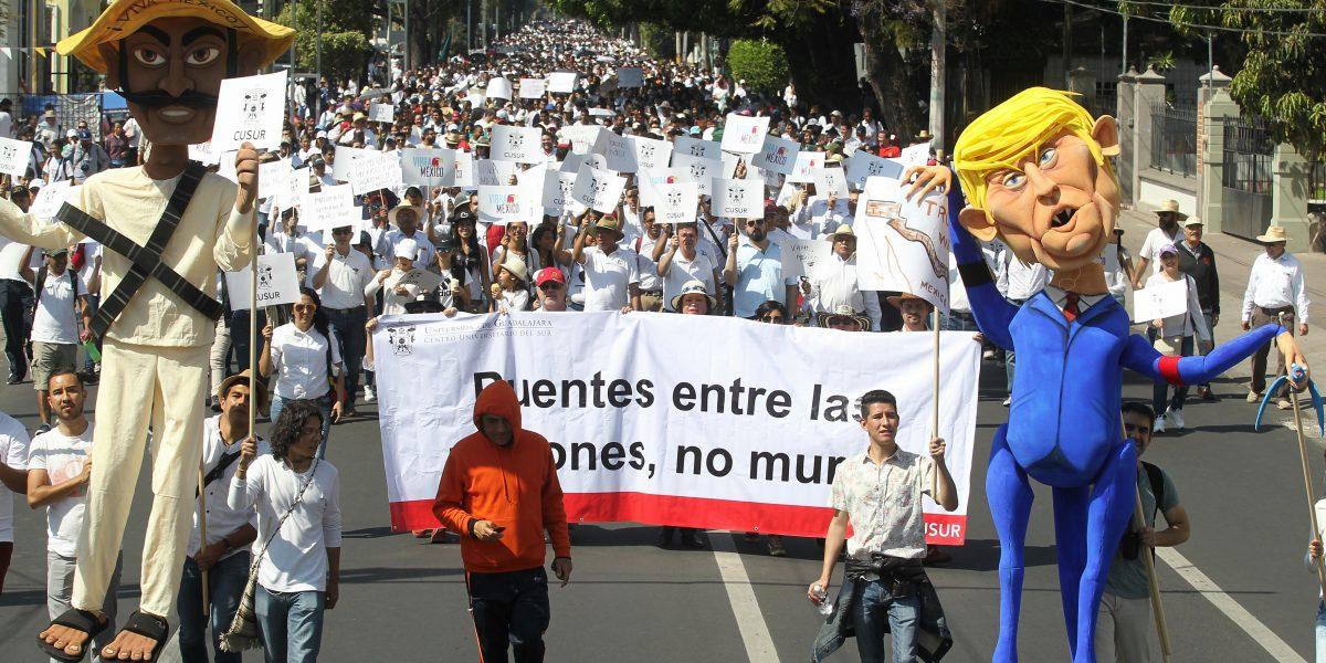 Miles de mexicanos marchan para protestar contra Donald Trump